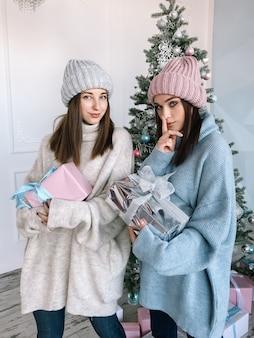 두 어린 소녀 선물 테마 크리스마스 드레싱