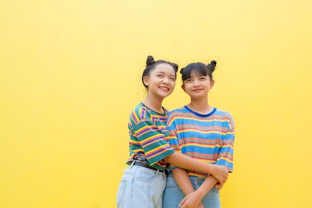 黄色の背景に2人の少女アサイン少女