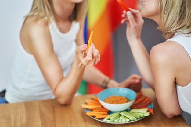 健康的な食べ物を食べる2人の若いガールフレンド