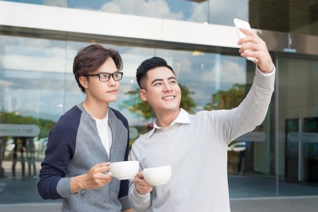 スマートフォンを使った2人の若者のビデオ通話