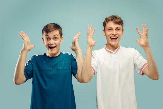 Due giovani uomini isolati