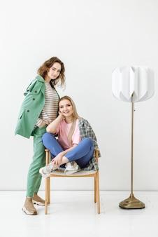 두 젊은 모델 여성 스튜디오에서 함께 포즈를 취하는 재미