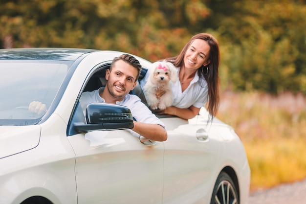 Двое молодых людей наслаждаются летними каникулами. счастливая пара туристов смотрят из машины
