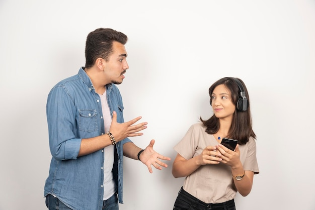 Due giovani litigano sulla musica.