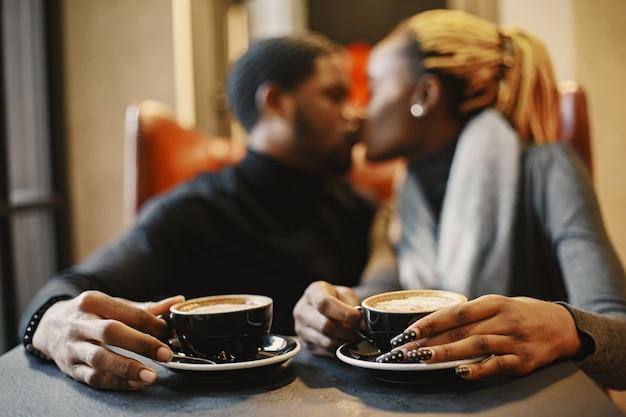 Двое молодых людей в кафе. африканская пара, наслаждаясь времяпрепровождением друг с другом.