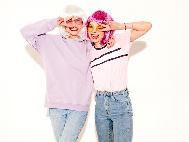 Две молодые сексуальные хипстерские девушки в париках и красных губах. красивые модные женщины в летней одежде в солнцезащитных очках