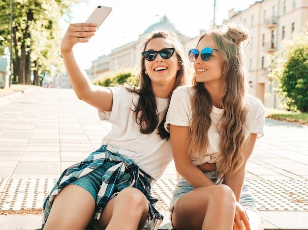 夏服を着た2人の若い笑顔の流行に敏感な女性