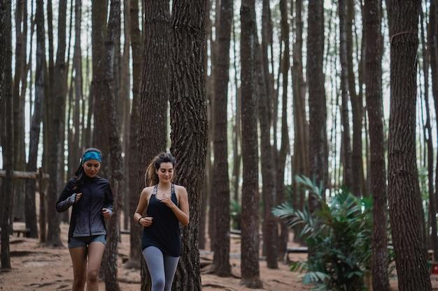 Две молодые женщины убежали в лес
