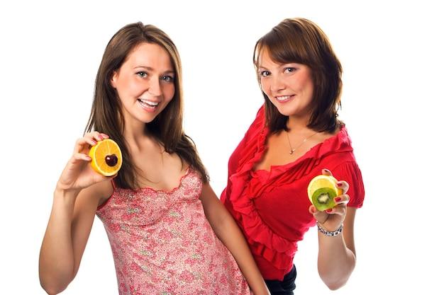 白のフルーツと2人の若い女性