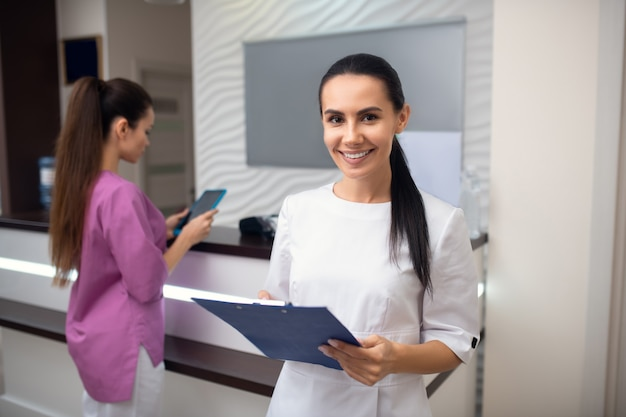 Две молодые женщины на ресепшене клиники