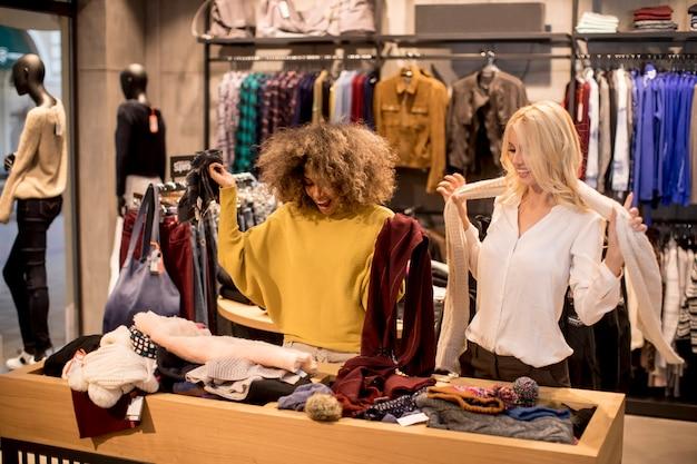 Две молодые женщины выбирают зимнюю одежду