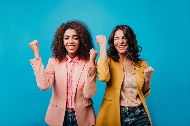 긍정적 인 감정을 표현하는 두 젊은 여성