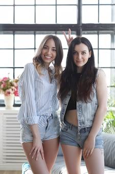 Две молодые женщины тусуются вместе