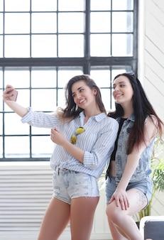 一緒にぶらぶらしている2人の若い女性