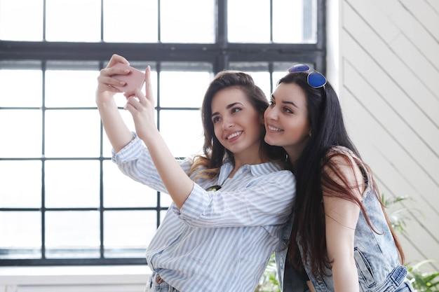 Due giovani donne che vanno in giro insieme