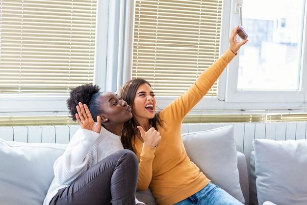 家で楽しんでいる2人の若い女性