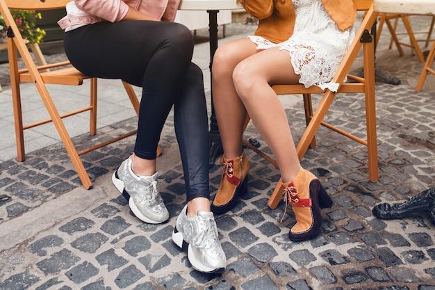カフェに座っている2人の若い女性