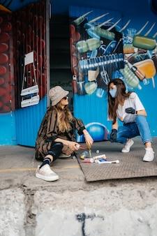 ゴミを分別する2人の若い女性。リサイクルの概念。廃棄物ゼロ