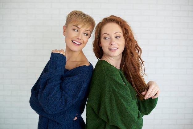 背中合わせに立っている2人の若い女性