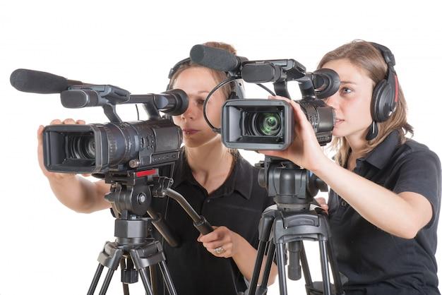 Две молодые женщины с видеокамерами