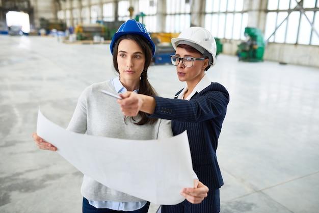 공장에서 일하는 두 젊은 여성