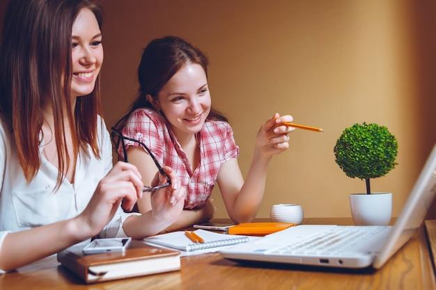 自宅の職場で一緒に働く2人の若い女性
