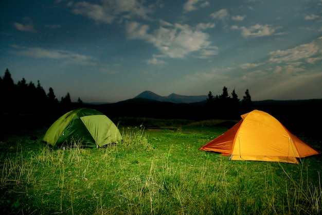 밤에 필드에 twp 조명 캠핑 텐트