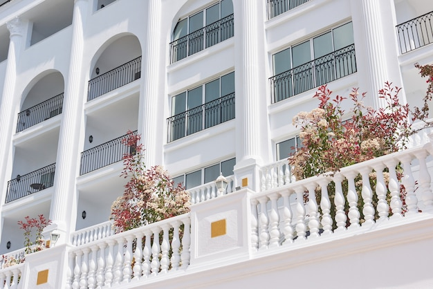 Типа роскошная летняя вилла-отель amara dolce vita luxury hotel. прекрасная архитектура. текирова-кемер. турция