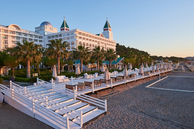 タイプエンターテイメントコンプレックス。トルコでプールとウォーターパークを備えた人気のリゾート。高級ホテル。リゾート。