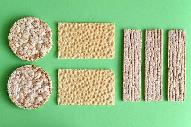 다이어트 통 곡물 칩의 종류 프리미엄 사진