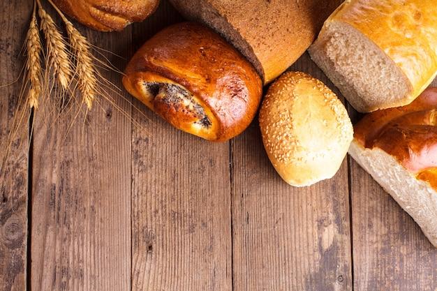 Виды домашнего хлеба на деревенском деревянном столе