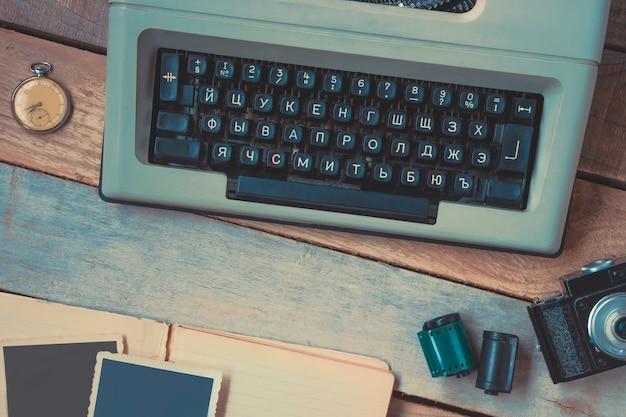 Пишущая машинка, камера и карманные часы