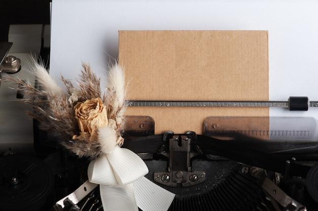 타자기를 닫고 봉투와 꽃을 건조. 발렌타인 데이 컨셉, 빈티지 톤 및 크래프트 지
