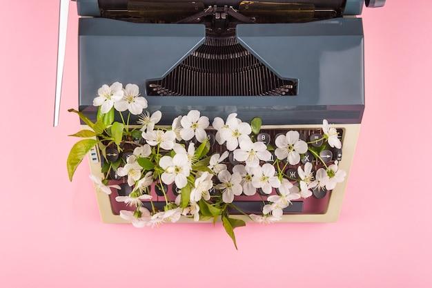 Пишущая машинка в современном стиле жизни писателя, журналиста или копирайтера Premium Фотографии