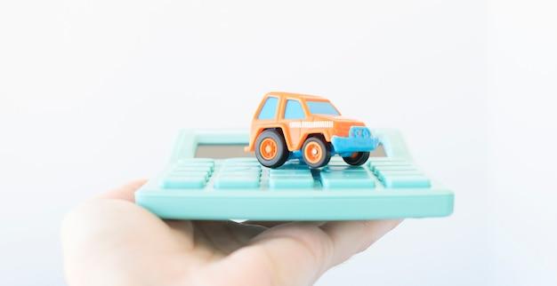손에 계산기에 타자기입니다. 자동차 보험 개념입니다.
