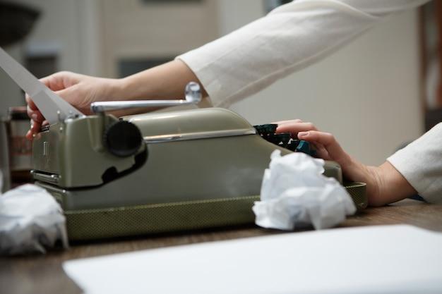 Пишущая машинка с мятой бумагой