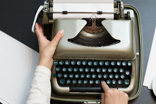 Пишущая машинка женщина руки