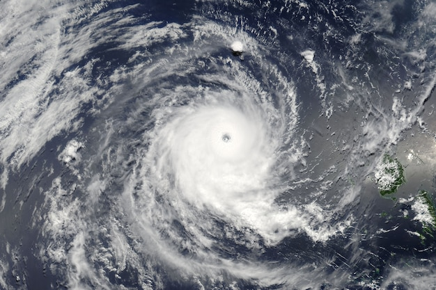 Тайфун над планетой земля. элементы этого изображения, предоставленные наса