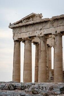 시간에 의해 파괴 된 전형적인 고대 그리스 기둥