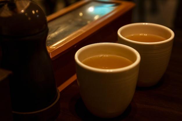 カフェのテーブルに飲み物が入った典型的なアジアカップ。閉じる。