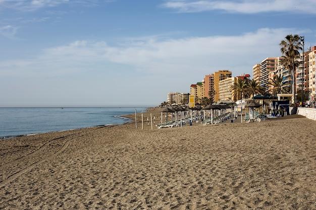 Типичный пляжный пейзаж в испании на побережье