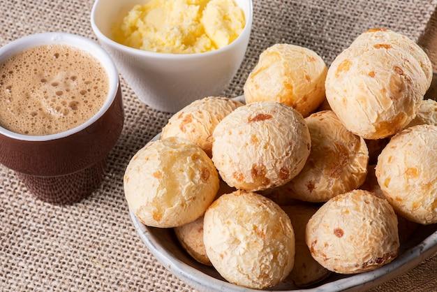 典型的なブラジルのチーズパン。一杯のコーヒーとチーズパンのクローズアップ写真。