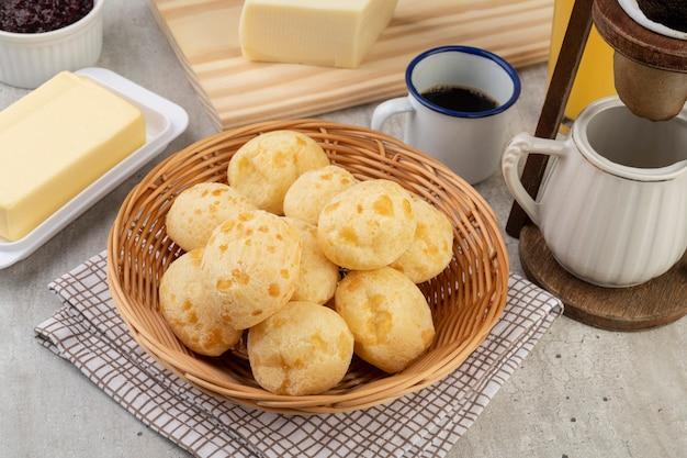 Типичный бразильский сырный хлеб в корзине