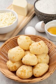 材料が入ったバスケットの典型的なブラジルのチーズパン。