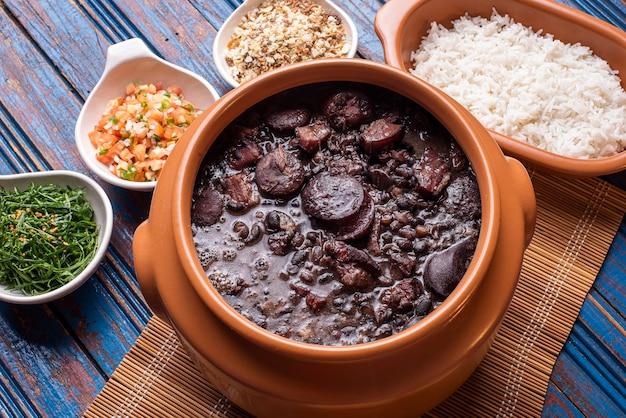 Типичное бразильское блюдо под названием фейжоада