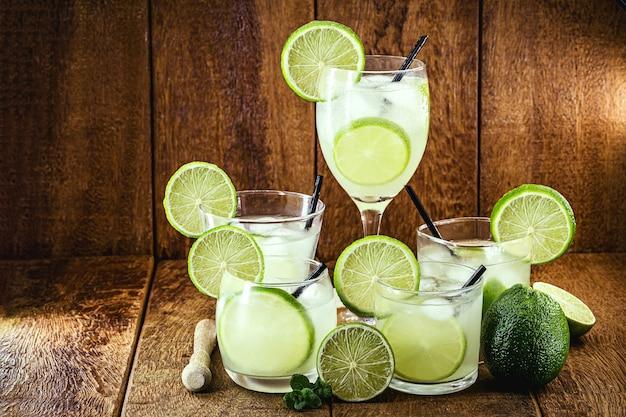 Типичный бразильский напиток из дистиллированного алкоголя с лимоном, называемый кайпиринья, подается холодным.