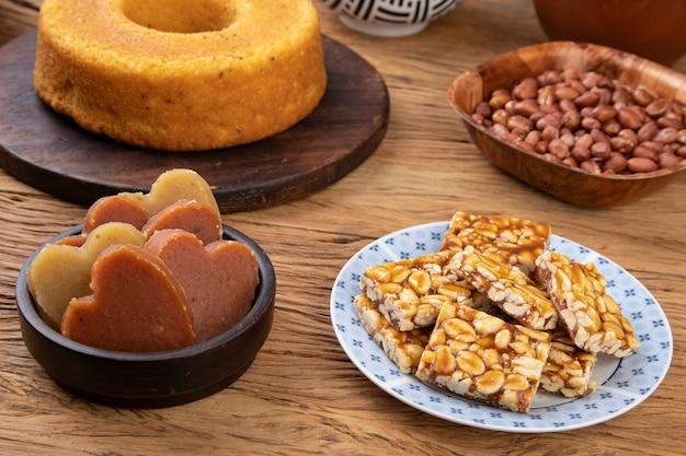 典型的なブラジルの6月のフェスティバルフード。コーンケーキ、ピーナッツキャンディー、ポテトスイート。