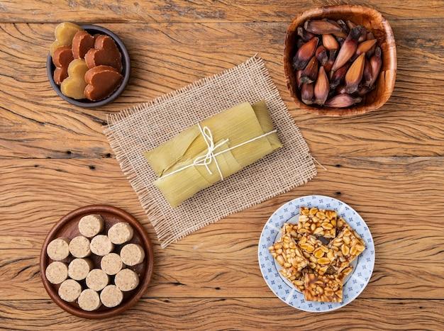 典型的なブラジルの6月のお祭りの食べ物。パモーニャ、サツマイモ、松の種、ピーナッツキャンディー。
