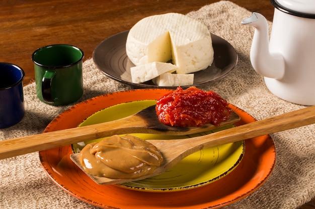 Типичное бразильское фирменное блюдо: паста из гуавы с белым сыром, известная как «ромео и джульетта».