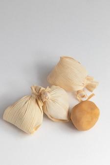흰색 배경에 격리된 빨대(doce de leite na palha)에 dulce de leche로 알려진 전형적인 브라질 과자.